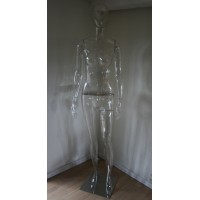 Faceless damemannequin, transparent i klar genbrugsplast.